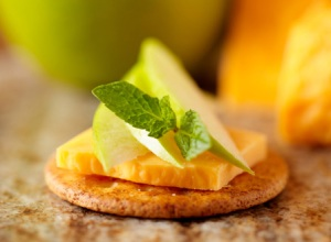 cheese-cracker-apple-appetizer-horiz